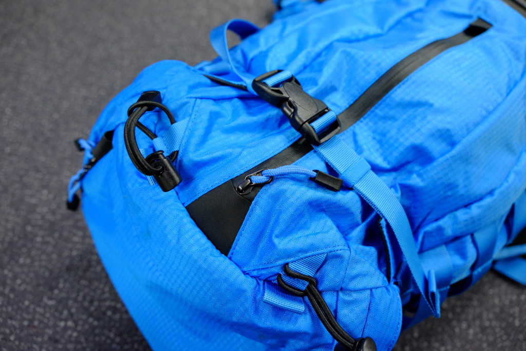 The entrance to the front pocket. On the front are also two compression straps that can be used to store a tripod or other stuff