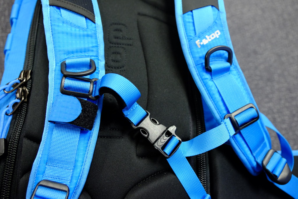 The strap to fasten the water tube. The clasp between the shoulder straps also contains a safety whistle